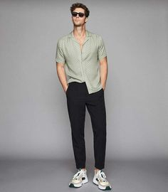 At REISS you will find the best mens fashion clothing. Smart Casual Men, Smart Casual Outfit, Casual Outfits, Rock Outfits, Hipster Outfits, Emo Outfits, Outfit Hombre Casual, Formal Men Outfit, Summer Outfits Men
