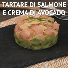 The TARTARE DI SALMONE AND CREAM OF AVOCADO is a fresh and refined appetizer, perfect for those who love exotic flavors. A base of cream of avocato and cherry tomatoes welcomes a marinated salmon tartare with lime and ginger! Salmon Recipes, Fish Recipes, Great Recipes, Favorite Recipes, Healthy Recipes, Marinated Salmon, Cooking Recipes For Dinner, Finger Foods, Food Videos