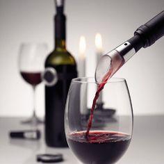 Ermitteln Sie die Temperatur des Weines in nur einigen Sekunden. Schneiden Sie die Folie leicht und elegant ab. Dekantieren Sie den Wein schon beim Einschenken. Und wenn dann Wein übrig bleibt, bewahrt er seinen guten Geschmack bis zu 6 Tagen. Mit dem Weinset von Menu geht das einfach und bequem. Diese Methode ist leicht und elegant und für alle geeignet, für Anfänger wie für Kenner.
