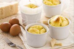 Il soufflé al formaggio è un souffle salato insaporito con formaggio grattugiato, ottimo da servire come antipasto.