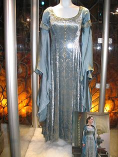 Celebrities who wear, use, or own Susan Pevensie Coronation Gown. Also discover the movies, TV shows, and events associated with Susan Pevensie Coronation Gown. Medieval Dress, Medieval Fashion, Medieval Clothing, Narnia Costumes, Movie Costumes, Fantasy Magic, Fantasy Gowns, Period Outfit, Chronicles Of Narnia