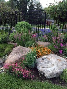 30 Awesome Front Yard Rock Garden Landscaping Ideas The Effective Pictures We Offer You About diy Garden Planning A quality picture can tell you many things. You can find the most beautiful pictures t Landscaping With Rocks, Front Yard Landscaping, Backyard Landscaping, Landscaping Design, Backyard Ideas, Landscaping Borders, Landscaping Supplies, Porch Ideas, Minnesota Landscaping