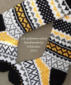 218 sydämen sukat ja ohje - Kikiliakii neuloo - Vuodatus.net Crochet Socks, Knit Mittens, Knitting Socks, Knit Crochet, Knitting Charts, Free Knitting, Knitting Patterns, Woolen Socks, Cross Stitch Cushion