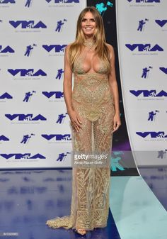 Model Heidi Klum arrives at the 2017 MTV Video Music Awards at The Forum on August 27 2017 in Inglewood California Beautiful Celebrities, Gorgeous Women, Best Couples Costumes, Funny Couples, Look At You, Sexy Hot Girls, Mannequins, The Dress, Sexy Dresses