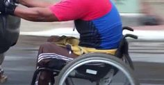 Dentista do DF flagra cadeirante 'pegando carona' agarrado em estepe Carro andava a 50 km/h; homem circulava pelo trânsito, diz internauta. 'Nunca vi algo parecido', relata morador de Ceilândia, que registrou o fato.