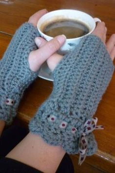 "free pattern, crochet mittens by ""baking and making"" ✭Teresa Restegui http://www.pinterest.com/teretegui/ ✭"