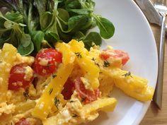 Frokost æg. En varm og hurtig ret med æg, ost og grøntsager. Der er ikke kulhydrater i retten, så den er også low carb venlig.
