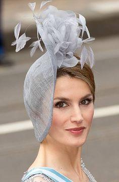 Las invitadas a la Coronación han elegido vestidos largos complementados con sombreros, pamelas o vistosos tocados - Foto 1