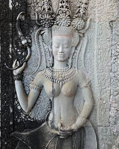 Right on our first day in the Angkor Temples, we fell under the spell of the Apsaras' and Devatas' sensuous smile. A smile carved with elegance and care.