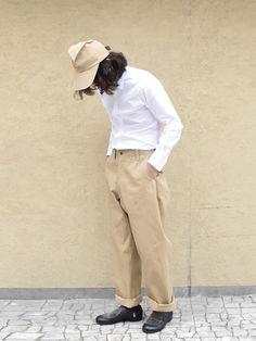 Beige trousers + white top + beige hat