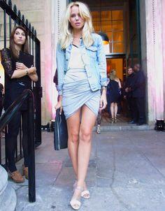 street-style-saia-cinza-envelope-sandalia-branca-estilo