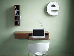 an der Wand montierter Schreibtisch mit klappbarem Fach