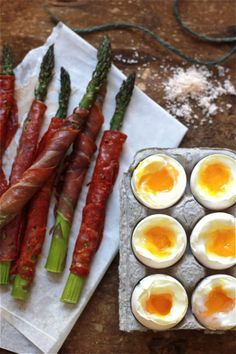 Now I want to host a brunch and bocce party. Sunday brunch inspiration: soft-boiled eggs with prosciutto-wrapped asparagus. Real Food Recipes, Cooking Recipes, Yummy Food, Healthy Recipes, Delicious Recipes, Tasty, Brunch Recipes, Breakfast Recipes, Breakfast Healthy