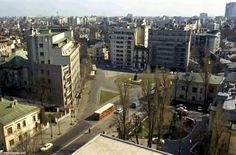 Bucureștii aerisiți - PIAȚA LAHOVARI la începutul anilor '70  După ce până prin anii '60 se numise Piața Kuibîșev (tovarăș sovietic), după destalinizare, ceea ce fusese înainte de comuniști Piața Lahovari este redenumită Piața Cosmonauților (simbolizând aspirațiile aerospațiale și cosmice ale României socialiste).  Fotografia este făcută din Hotelul Howard Johnson, pe atunci proaspăt construit și numit Hotel Dorobanți. Se observă ce bine sistematizat era spațiul urban. Să vedem câteva…