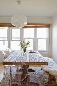 Es una de las combinaciones de moda en decoración, una mesa rústica en madera junto con sillas de diseño.