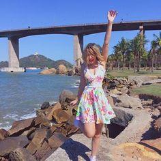 Ai que delícia, cheguei em Vitória para o lançamento do livro com meus leitores Capixabas!  Olha esse cenárioooo, combinou com a vibe do meu vestido lindo e colorido da @limone_modas que está me vestindo em todos os eventos!