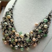 Bright - Colier statement handmade, realizat cu cristale, perle și pietre semipretioase (aventurin). Colierul Bright pune în valoare personalitatea ta și te ajută să defilezi cu încredere. Comenzi pe www.boemo.ro