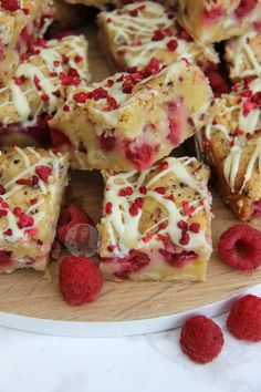 freeze dried raspberries White Chocolate and Raspberry Blondies! White Chocolate Brownies, White Chocolate Raspberry, White Chocolate Chips, White Brownies, White Chocolate Desserts, Chocolate Orange, Tray Bake Recipes, Baking Recipes, Dessert