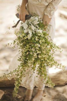 流行りのラスティックウェディングにピッタリ♡ハーブや草花を集めたナチュかわブーケデザイン例*にて紹介している画像