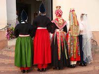 Fr. vänster: Vadmalsbrud, röd klädesbrud, svart kronbrud, röd kronbrud och 1910-talsbrud. Rättvikskôlla: Bröllop 29 juni, Rättviks Kyrka.