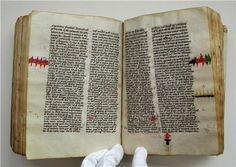 中世写本の修繕跡が胸を打つ。経年使用で生じた損傷や、羊皮紙を製造する過程で生じた裂傷が、色鮮やかな糸で縫い合わされている。当時どれほど本が貴重だったか、どれほど大切に扱われてきたか、縫い目の美意識が如実に伝えてくれる。 pic.twitter.com/qC8u5hveLh
