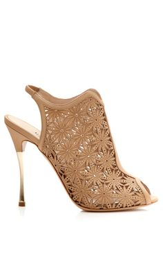 Won't your pedi look good in these? totally School of FlauntShop Beige Lasercut Platino Sandal by Nicholas Kirkwood for Preorder on Moda Operandi Crazy Shoes, Me Too Shoes, Nicholas Kirkwood Shoes, Beige Shoes, Beige Sandals, Floral Sandals, Floral Shoes, Ballet, Beautiful Shoes
