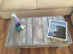 This fun reclaimed wood pallet table can be used as a bench or coffee table…