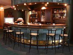 V 90. letech dostal zmenšený bar kulatý tvar s nižším stropem.