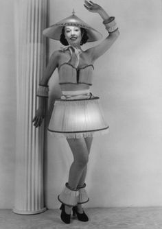 vintage everyday: The Most Bizarre Fashion Styles in the Past – 25 Funny Photos of Vintage Costumes That Nobody Can Explain Funny Vintage Photos, Vintage Humor, Vintage Photographs, Vintage Images, Weird Vintage, Funny Photos, Vintage Hats, Vladimir Nabokov, Vintage Halloween