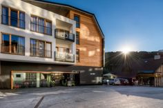 The brand new Alfa Hotel in Serfaus in Tyrol's largest ski area Serfaus-Fiss-Ladis presents itself young and innovative, but with tradition. Alpine Hotel, Finnish Sauna, Walking Holiday, Ski Holidays, Hotel Website, Double Room, Hotel S, Cool Rooms, Hotel Offers