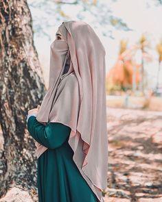 """هـاميشَا💍 on Instagram: """"There's a reason why your heart is on your left side, because it's not always right ❤️ #raya2019 #teamrayakedah #3rdsyawal #teamrayahijau💚"""" Niqab Fashion, Modesty Fashion, Fashion Outfits, Arab Girls Hijab, Muslim Girls, Beautiful Muslim Women, Beautiful Hijab, Hijabi Girl, Girl Hijab"""
