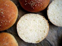 Wie jedes Jahr bin ich Zorras Einladung gefolgt und habe für den World Bread Day ein anfängertaugliches (!) Brot gebacken. Brötchen in diesem Fall. Und wie alle meine bisherigen Brotrezepte sind au…