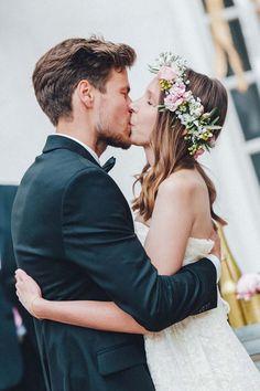 Eine entspannte Boho-Hochzeit im Garten mit wunderschöner Hochzeitsdeko, Blumenkränzen, einem Hochzeitsbulli und viel DIY findet ihr bei uns auf dem Blog!