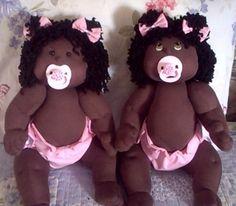Boneca bebê com pernas e braços articulados,o cabelo, a cor da pele e o modelo…