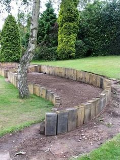 how to build a garden wall with railway sleepers Garden Retaining Wall, Gravel Garden, Garden Edging, Garden Paths, Sleeper Retaining Wall, Sloped Backyard Landscaping, Landscaping Retaining Walls, Sloped Garden, Amazing Gardens