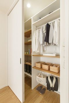 6人家族が快適に暮らせる玉手箱のお家 Wardrobe Room, Built In Wardrobe, Walk In Closet, Closet Doors, Muji Home, Ikea Pax, Minimal Home, Vintage Room, Interior Design Inspiration