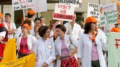 """Ein Medizinprofessor warnt vor den Folgen der """"Feminisierung"""" der Ärzteschaft. Er fordert drastische Reformen für das Studium. Lassen sich so die Probleme in Deutschlands Kliniken lösen? Diskutieren Sie mit!"""