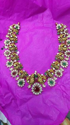 Gold Jewelry For Brides Emerald Jewelry, Gold Jewelry, Beaded Jewelry, Antique Jewellery Designs, Gold Jewellery Design, Indian Wedding Jewelry, Jewelry Model, Bridal Jewelry Sets, Simple Jewelry