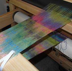 Interesting pattern on painted warp Loom Weaving, Tapestry Weaving, Hand Weaving, Painted Warp, Woven Scarves, Textiles, Hand Spinner, Weaving Techniques, Woven Fabric
