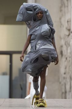 Rick Owens Spring 2018 Ready-to-Wear Collection - Vogue The complete Rick Owens Spring 2018 Ready-to-Wear fashion show now on Vogue Runway. Morticia Addams, Rick Owens, Fashion Week, Fashion Art, Fashion Show, Paris Fashion, Fashion Clothes, Fashion Brands, Anti Fashion