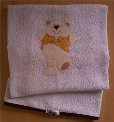 Toalha de banho em felpa branca com capuz, forro em tecido fralda, viés e patch apliquée em tecido 100% algodão. *medida do capuz 20 cm **a cor do viés pode ser escolhida e o tema personalizado. R$ 45,90