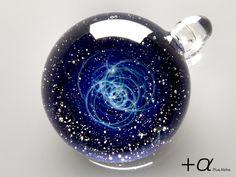 宇宙ガラスは、PlusAlphaの戸水賢志が、ガラスを使った様々なアクセサリーを制作している過程で誕生しました。 これまでに作り出した、宇宙ガラスを含むガラスアクセサリーの代表作品をご紹介します。