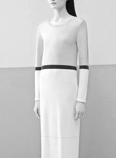 Long colourblock dress with graphic stripe; minimalist fashion details // Ph. Matthieu Belin