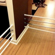 Tension rods instead of baby gates. Genius for my short legs! Tension rods instead of baby gate. Diy Dog Gate, Pet Gate, Dog Gates, Gates For Dogs, Puppy Gates, Organizing Your Home, Home Hacks, Hacks Diy, Curtain Rods