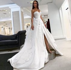 Rebecca Stella sur Instagram : What do you think about this style? Trying to find a wedding dress is harder than I thought! I like the style of this one, with the heavy…