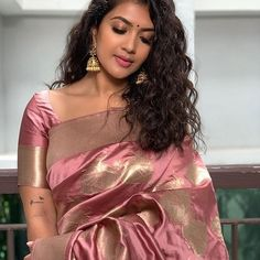 aka Vithya Hair and Makeup looking absolutely gorgeous and stunning in this beautiful rosegold-toned saree. A simple pair of jhumkas and damn those curls rounded her look. Again, she sets some serious minimal saree look goals! Indian Beauty Saree, Indian Sarees, Tamil Saree, Mode Bollywood, Bollywood Makeup, Indische Sarees, Sonam Kapoor, Deepika Padukone, Saree Hairstyles