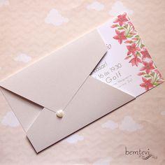 Para os casais mais tradicionais que desejam um convite delicado para sua cerimônia! Itens inclusos: Convite impresso em papel duplex 20cm x 14cm Envelope com recorte especial em papel perolado Pérola de coração