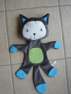 Chat alors, un doudou ! - A 4 petits points. Chat Frimous - @ 4 petits points Chat alors, un doudou ! - A 4 petits points. Sewing Toys, Baby Sewing, Cat Doll, Fabric Dolls, Softies, Baby Toys, Crochet Baby, Diy And Crafts, Crochet Patterns