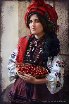 The magical colours of the world: Das ukrainische Fotoprojekt Treti Pivni Teil II Folk Fashion, Ethnic Fashion, Fashion Textiles, Islamic Fashion, Traditional Fashion, Traditional Dresses, Traditional Design, Mode Russe, Ukraine Women