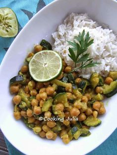 Chickpeas and courgettes curry. In French. Food To Go, Food And Drink, Indian Food Recipes, Ethnic Recipes, No Salt Recipes, Food Design, Chana Masala, Entrees, Clean Eating
